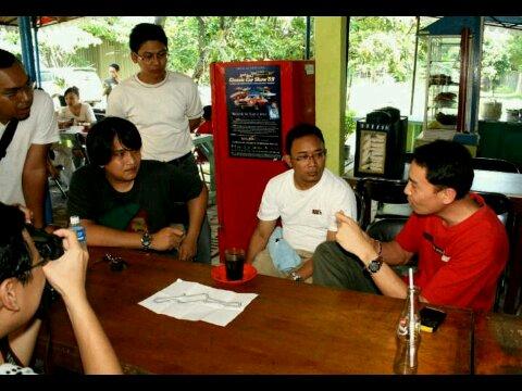 Om Sunny (baju merah) memberikan briefing sebelum terjun ke sirkit