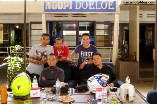 berdiri: Sandy Topan NS, Pringgo, Ilham Kafemotor. Duduk: KBY, Hadi Nusantara Sportbike