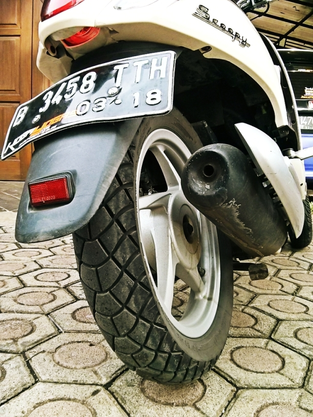 Ban Michelin M45 di belakang..