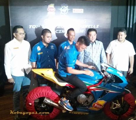ki-ka: Mr. Dhimas Pirelli, Mr. Satar Race Manager, Mr. Febby Race Director, Mr. Arief Top 1 , Mr. Yahya Moto Arte dan Nico Julian pembalap