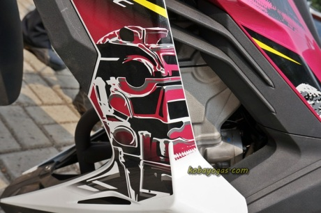 stiker 3D seakan menyambung dengan mesin