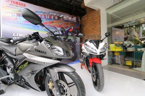 Yamaha-R15-speed-grey-dan-supernova-white