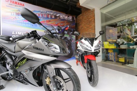Yamaha-R15-speed-grey-dan-supernova-white